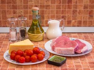 Свинина с помидорами, запеченные в сливках. Ингредиенты