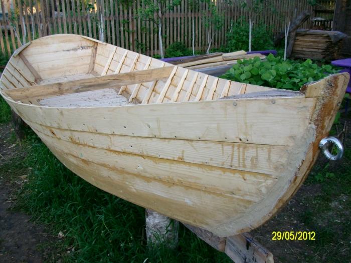 небольшая лодка из ствола дерева или досок