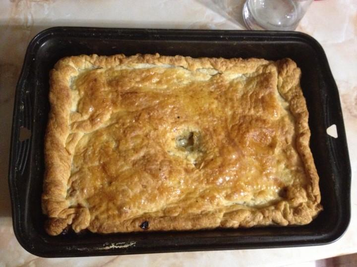 Пирог со свининой из слоеного теста с