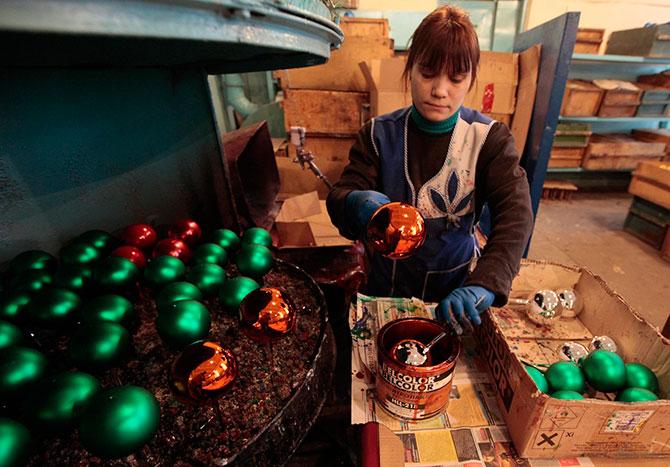 Как изготавливают новогодние игрушки