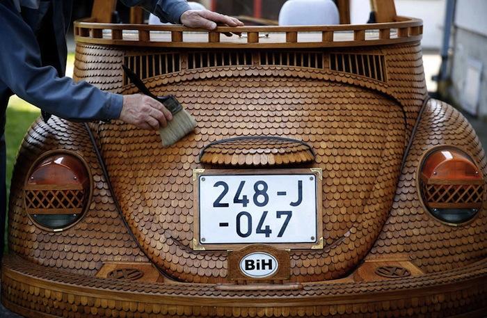 Кузов автомобиля покрыт более чем пятьюдесятью тысячами вырезанных вручную деревянных чешуек