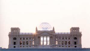 Купол над Рейхстагом в Берлине, выполненный в виде открытой металлической сетчатой оболочки