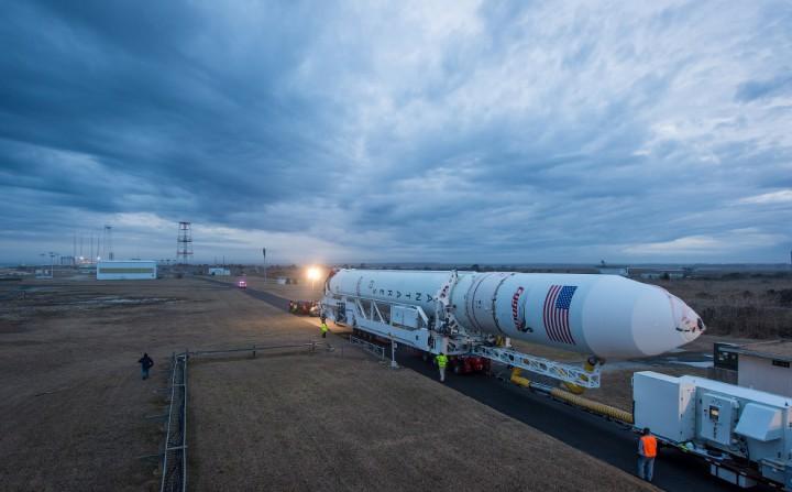 Транспортировка ракеты Antares на стартовую площадку