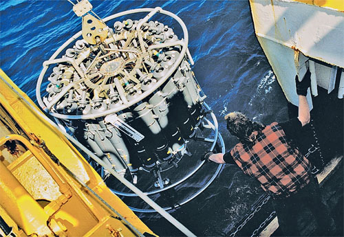 Экспедиция WOCE. Забор проб воды с разных глубин производится с борта экспедиционного судна. Фото Питера Колтерманна.