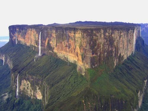 В районе Рораймы берут начало реки бассейнов Ориноко, Амазонки и Эссекибо
