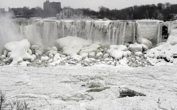 article 2536278 1A81BF9700000578 55 964x597 Природный катаклизм недели: Впервые за 100 лет замерз Ниагарский водопад