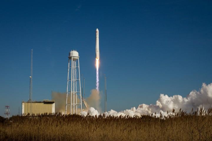 Старт ракеты Antares с частным космическим грузовиком Cygnus («Лебедь») с космодрома на острове Уоллопс в США