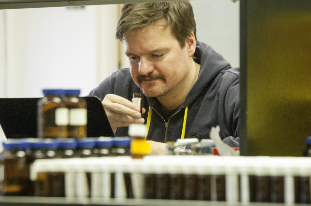 Андреас Келлер в лаборатории в окружении флаконов с запахами (фото Zach Veilleux/Rockefeller University).