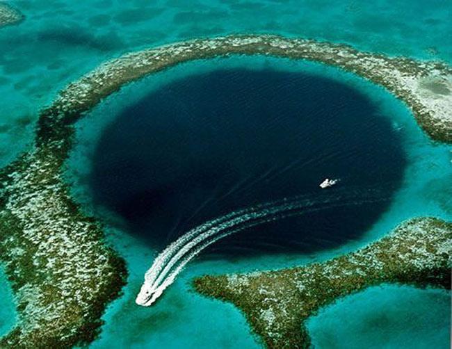 Great Blue Hole, Белиз. Ширина 400 метров, глубина 145 - 160 метров. Точка притяжения профессиональных дайверов со всего света.