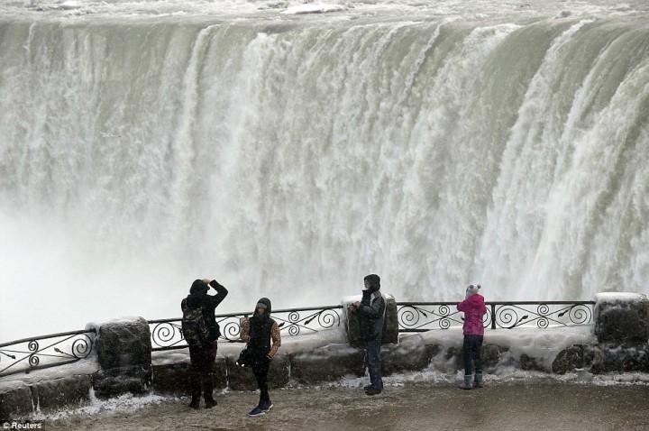 article 0 1A81297B00000578 60 964x640 Природный катаклизм недели: Впервые за 100 лет замерз Ниагарский водопад