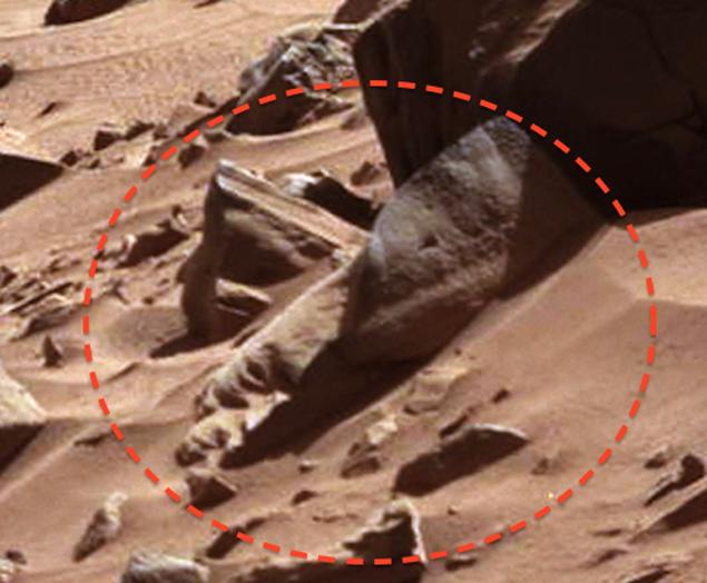 Останки скульптуры можно разглядеть на снимке, переданном роботом