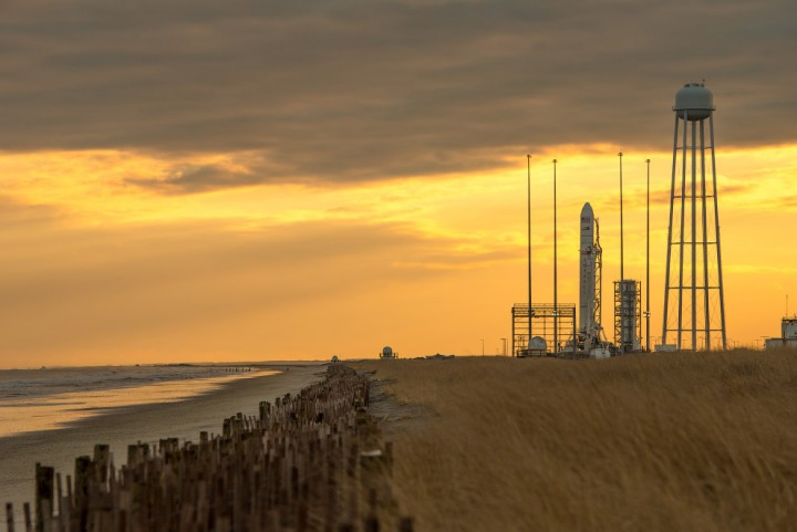 Ракета Antares с космическим грузовиком Cygnus («Лебедь») установлена на стартовой площадке космодрома на острове Уоллопс в США