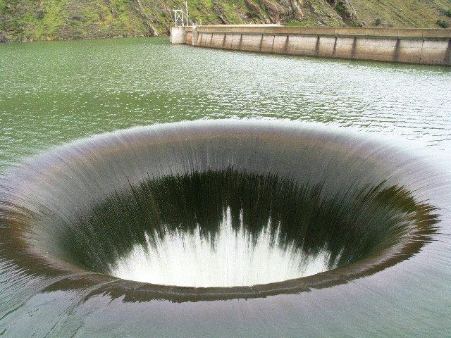 Отверстие водостока в резервуаре плотины Monticello. Служит для сброса избытков воды в резервуаре водохранилища. Этакий защитный клапан