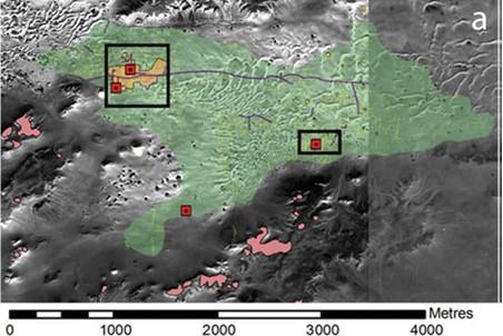 Спутниковое изображение Каср аш-Шаррабы с прилегающими полями. Красным цветом обозначены ксары.