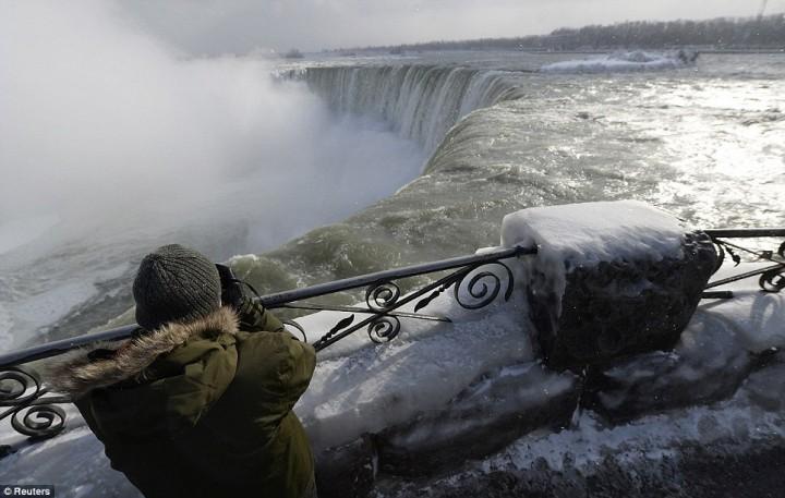 article 2536278 1A812E7A00000578 639 964x612 Природный катаклизм недели: Впервые за 100 лет замерз Ниагарский водопад