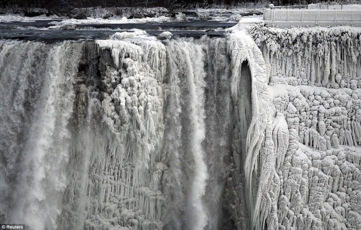 article 0 1A81C46F00000578 247 964x615 Природный катаклизм недели: Впервые за 100 лет замерз Ниагарский водопад