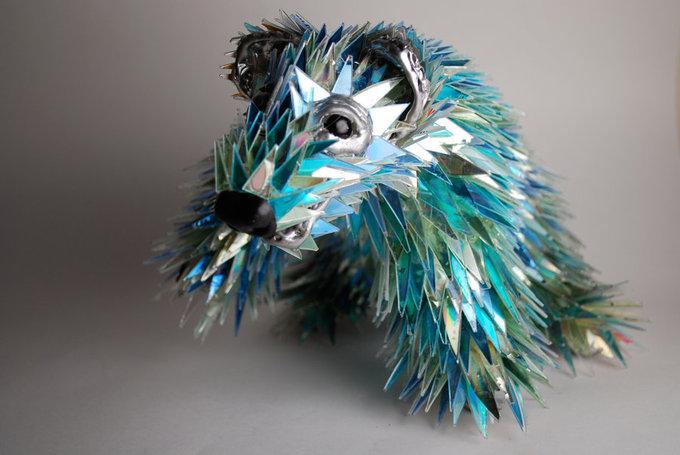 Картинки по запросу Потрясающие скульптуры животных из компакт-дисков от Шона Эвери