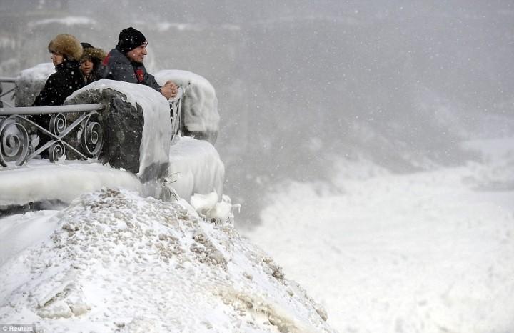 article 0 1A812C1700000578 893 964x624 Природный катаклизм недели: Впервые за 100 лет замерз Ниагарский водопад