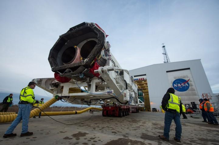 Ракету вывозят из монтажно-испытательного комплекса и транспортируют на стартовую космодрома на острове Уоллопс в США