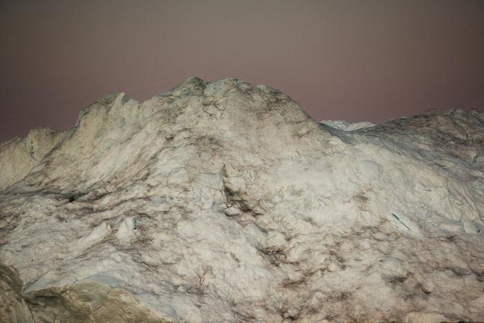 Харсент попытался показать айсберги так, чтобы определить их реальный размер было невозможно